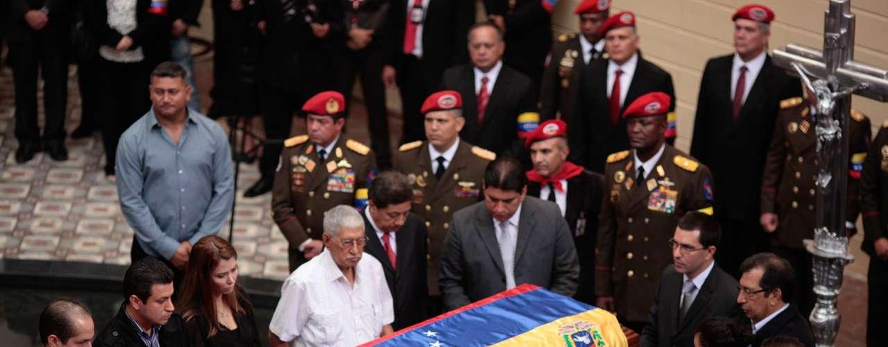 La noticia de su deceso generó entre el pueblo chavista no solo lágrimas, sino promesas de lealtad eterna que pasan por asegurar al líder fallecido que votarán por Maduro, cumpliendo así con la última de sus voluntades anunciada días antes de irse a operar en La Habana.