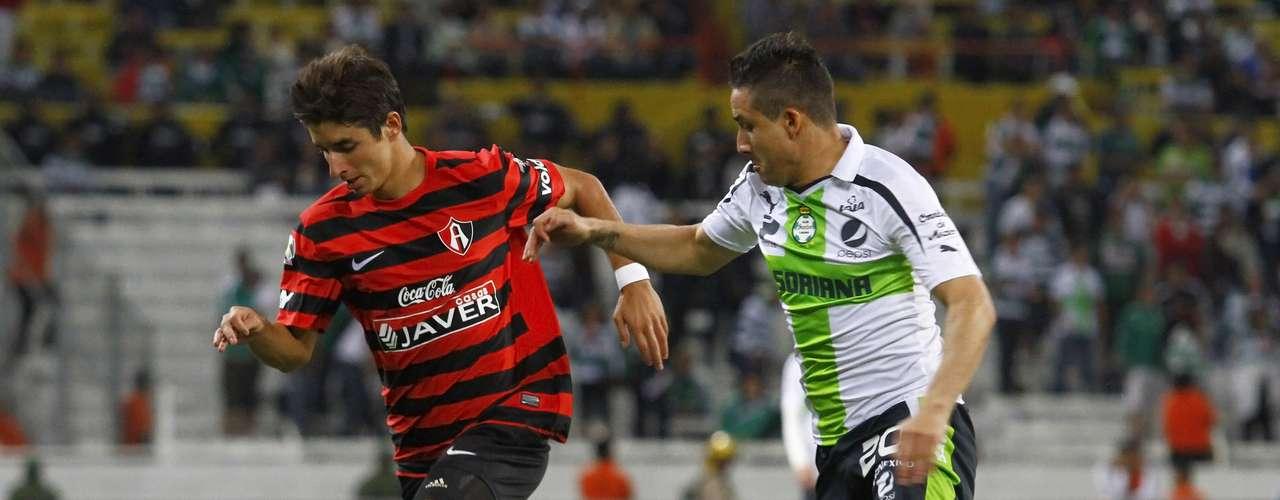 Isaac Brizuela es perseguido por Osmar Mares. El 'Conejito' dio un buen partido, pero al final no fue suficiente y Atlas cayó ante Santos.