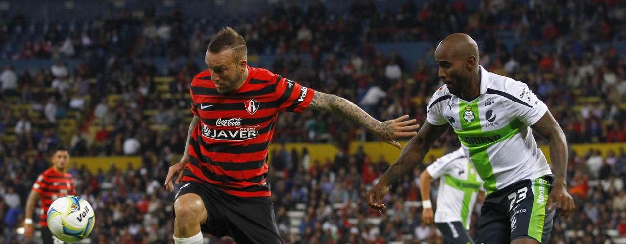 Matías Vuoso y Felipe Baloy tuvieron un buen duelo durante todo el partido.