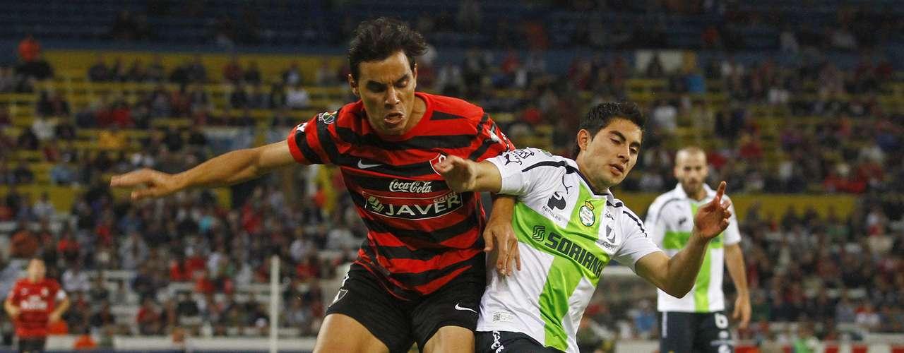 César Ibañez protege el balón ante la presión de Omar Bravo.