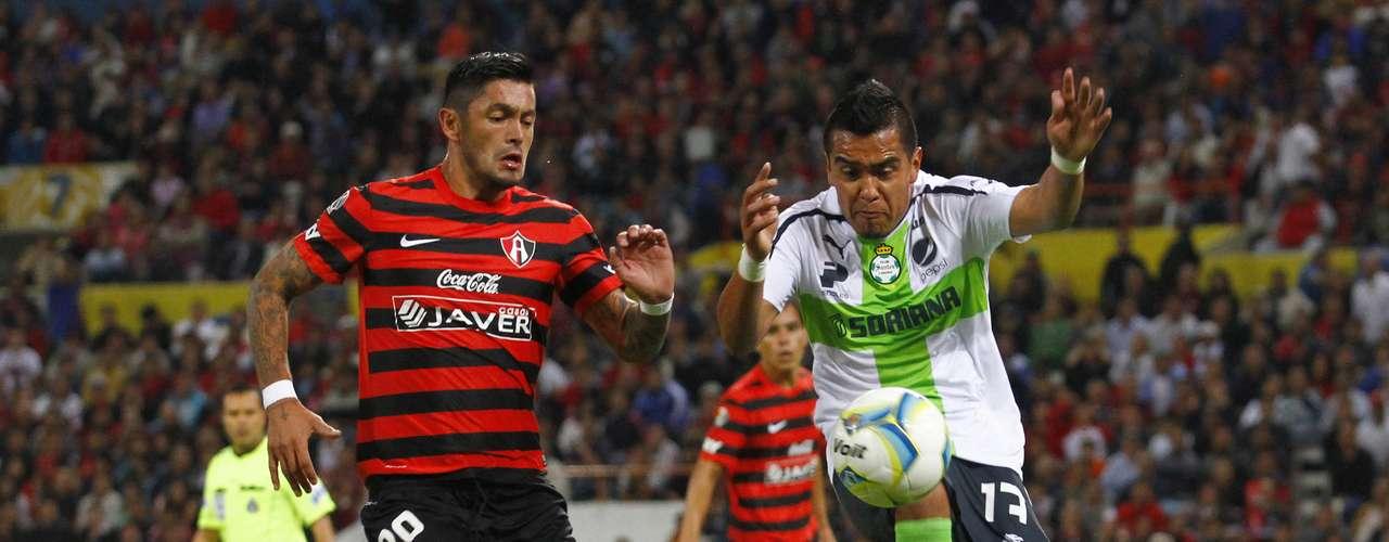 Rodolfo Salinas fue el autor del gol del empate, aquí disputa un balón con Rodrigo Millar.