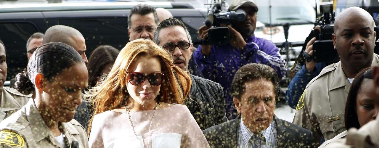 La actriz fue recibida por los fans que la esperaban afuera del juzgado con mucho ánimo