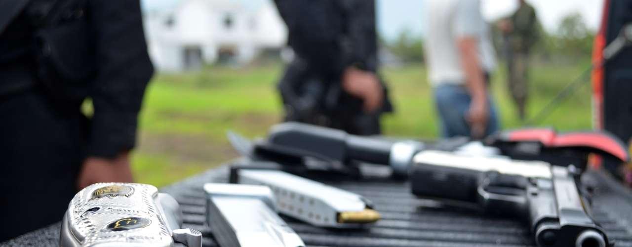 Los Zetas ofrecen entrenamiento y equipo paramilitar a cambio de información de inteligencia y de crímenes que distraigan la atención y los recursos de las fuerzas del orden.