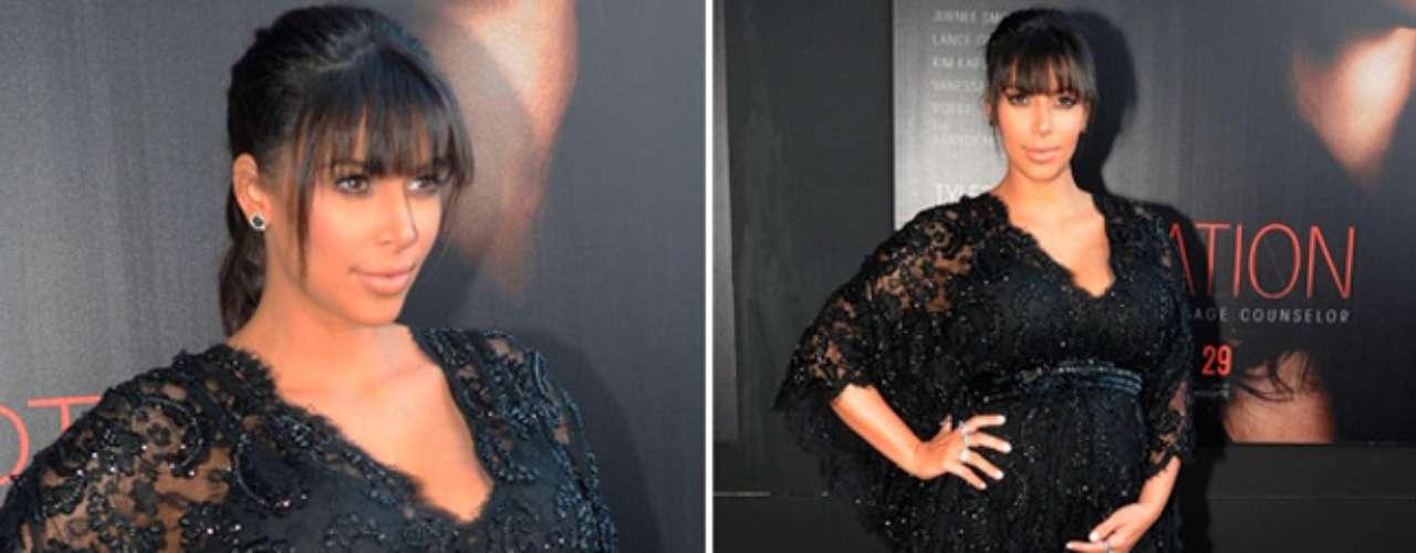 Kim lució un look más maternal con un vestido de encaje negro de corte imperio, que la hacía ver muy elegante luciendo su embarazo