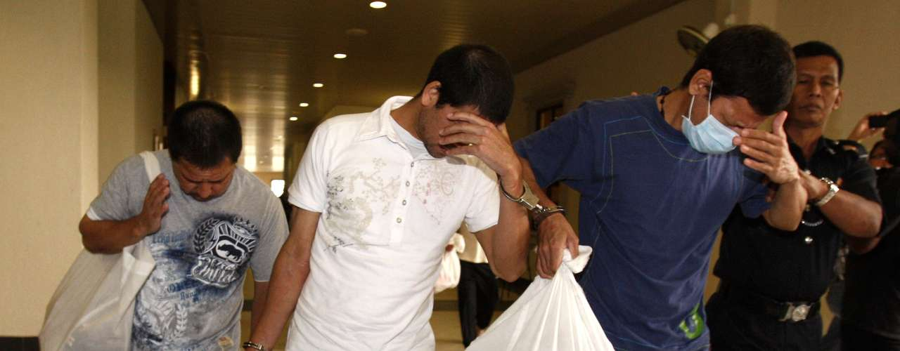 Los hermanos mexicanos Simón (al centro), Luis Alfonso (izq.) y José Regino González (derecha) salen de la corte en Kuala Lumpur, Malasia. Los tres hermanos fueroncondenados a muerte tras ser hallados culpables del delito de narcotráfico.