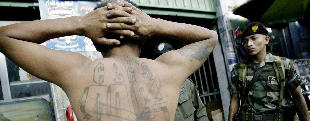 Asimismo, la Mara Salvatrucha traslada a pandilleros a Estados Unidos para la distribución de drogas en el país norteamericano. El Universal señala, además, que se trafican personas en tan solo 72 horas.