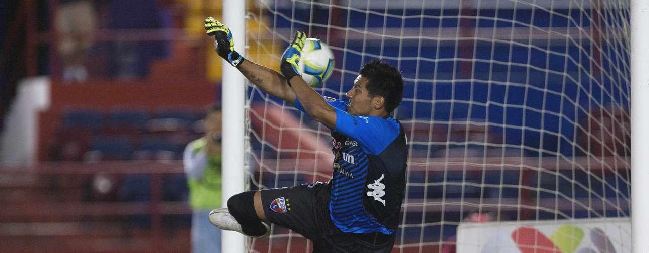 El portero novato del Atlante, Gerardo Ruiz, soltó un balón en el área chica que aprovechó Mariano Pavone para marcar su segundo de la noche, en la goleada de Cruz Azul 3-0 sobre los Potros.