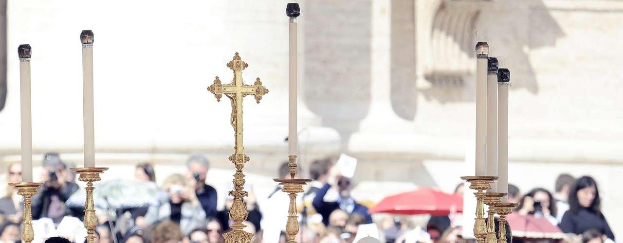 El Sumo Pontífice, que parecía caminar con dificultad, se reunió luego con sus 180 concelebrantes, dirigiéndose todos juntos en procesión hacia el altar erigido en el exterior de la plaza cantando el \