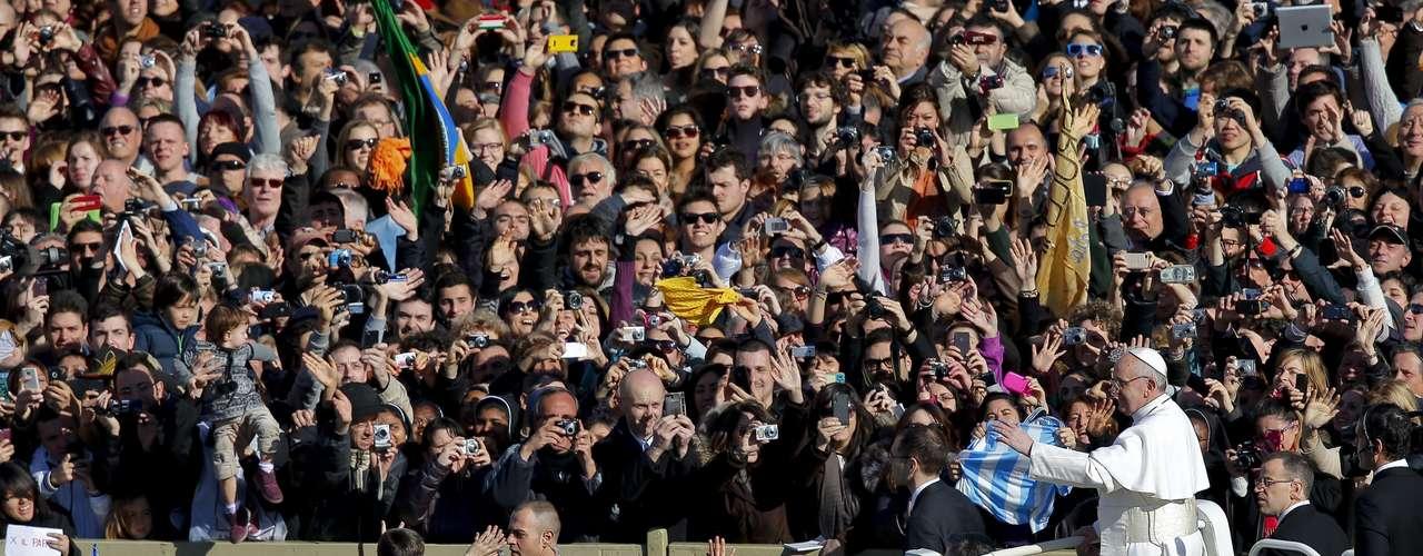 Por primera vez desde su elección el pasado miércoles, el papa no se salió ni una vez del guión en esta solemne ceremonia, que estaba rodeada de un estricto dispositivo de seguridad.