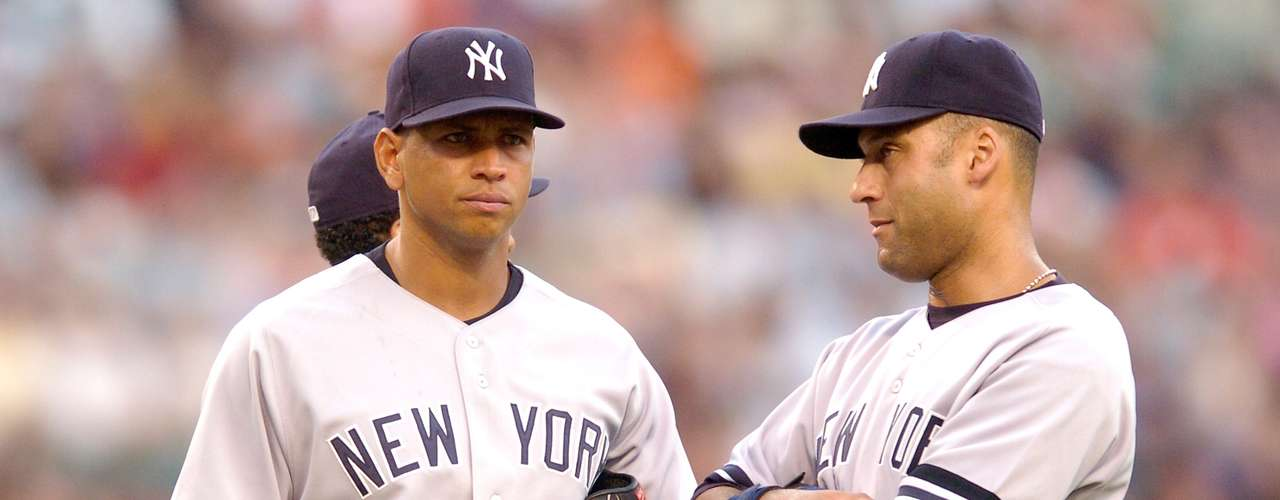 A-Rod y Jeter: La primera vez que jugaron en 1996, Derek Jeter y Alex Rodríguez fueron grandes amigos, a menudo dsifrutando noches de diversión juntos mientras se hacían más famosos en la MLB. Pero A-Rod avivó las llamas del descontento cuando se burló de la idea de que Jeter era su igual, diciendo: \