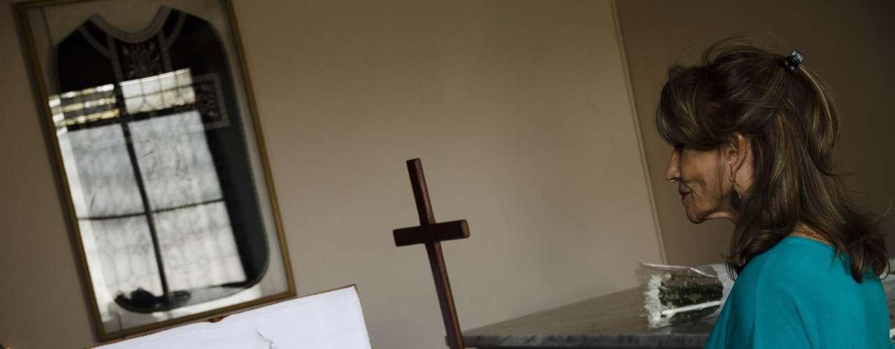 Mónica de Calixto y Sandra Solimano son las únicas figuras del espectáculo que se han hecho presentes - hasta el momento - en el velorio de la actriz Myriam Palacios, quien falleció la noche del pasado lunes en una casa de reposo. Sus restos están siendo velados en la Iglesia Santa Gemita, ubicada en Av. Suecia a la altura de Simón Bolivar.