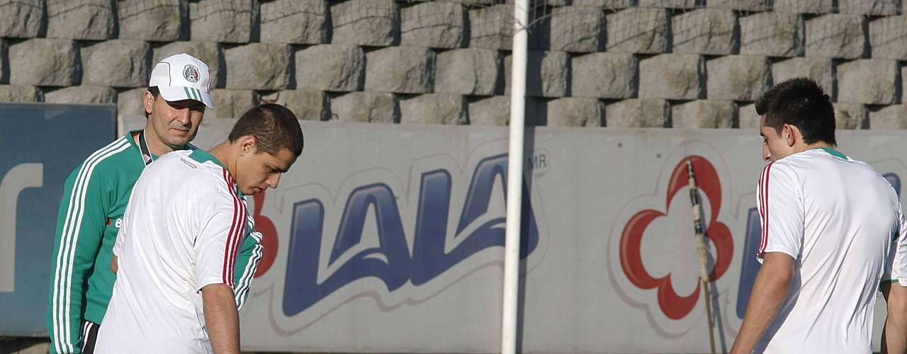 Javier Hernández prepara sus botines para tener un buen juego en San Pedro Sula.