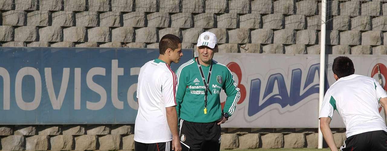 'Chepo' le explica a Javier Hernández los movimientos que debe realizar.