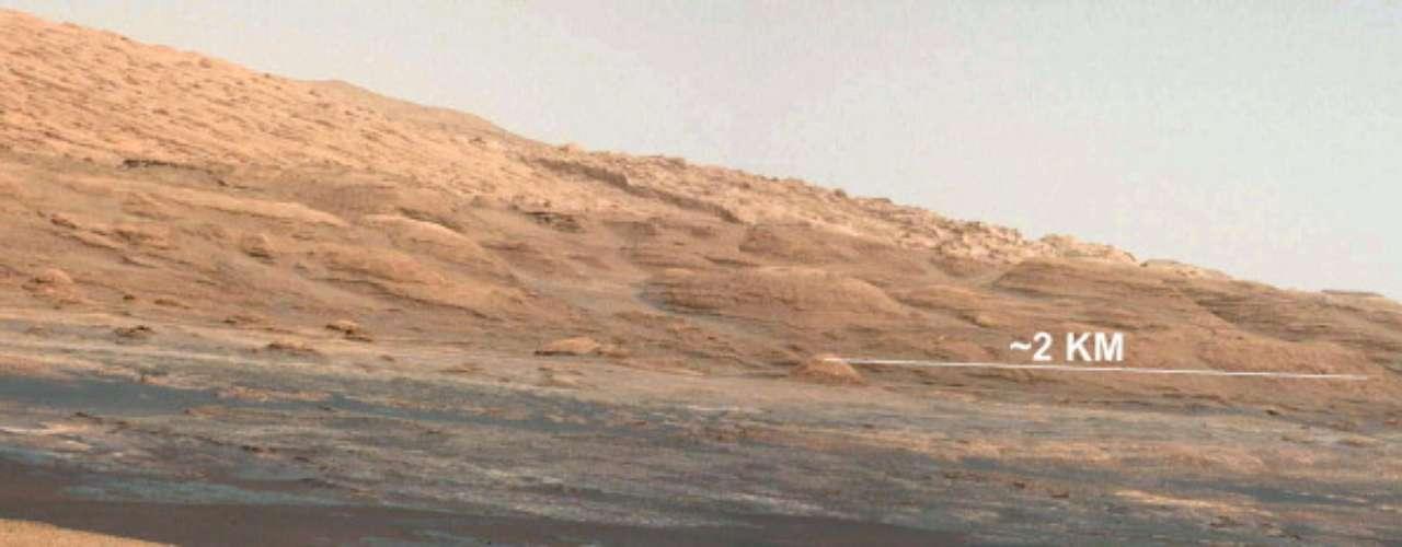 Los investigadores tienen previsto que la máquina que recorre el planeta Marteefectúe nuevas perforaciones antes de dirigirla hacia una montaña en una larga travesía en el interior del cráter.