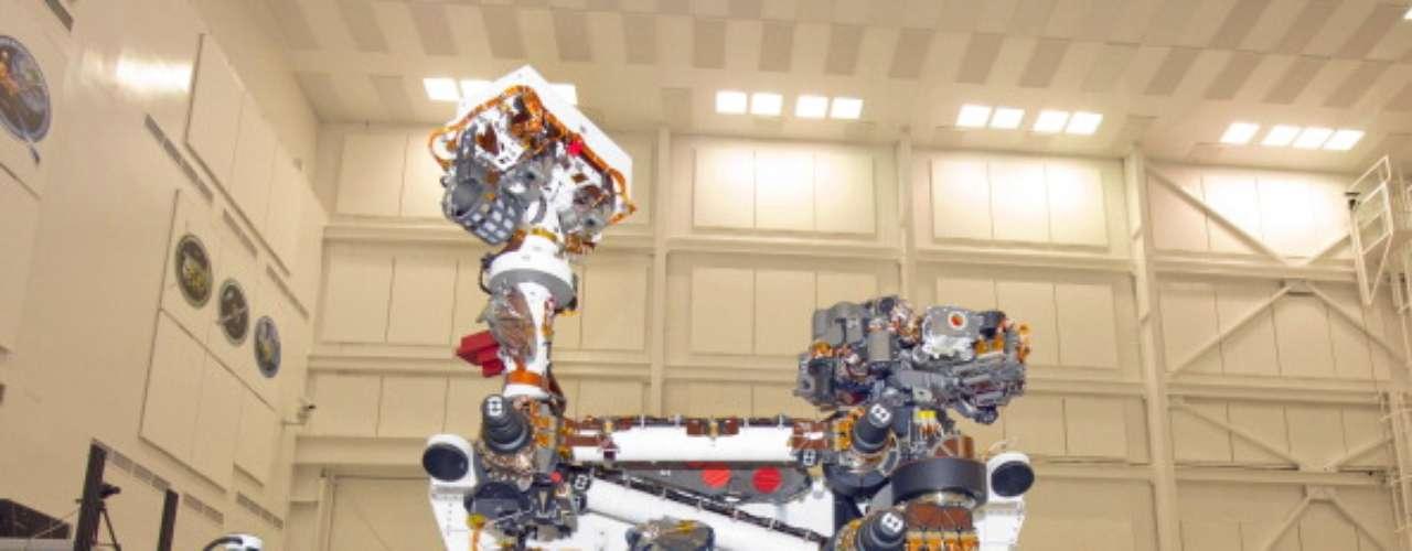El vehículo tipo rover tiene un peso aproximado de 899 kilogramos incluyendo 80 kilogramos en instrumentos y equipo de análisis científico, en comparación a los usados en la Mars Exploration Rover cuyo peso era de 185 kg, incluyendo 5 kg de equipo en instrumental científico.