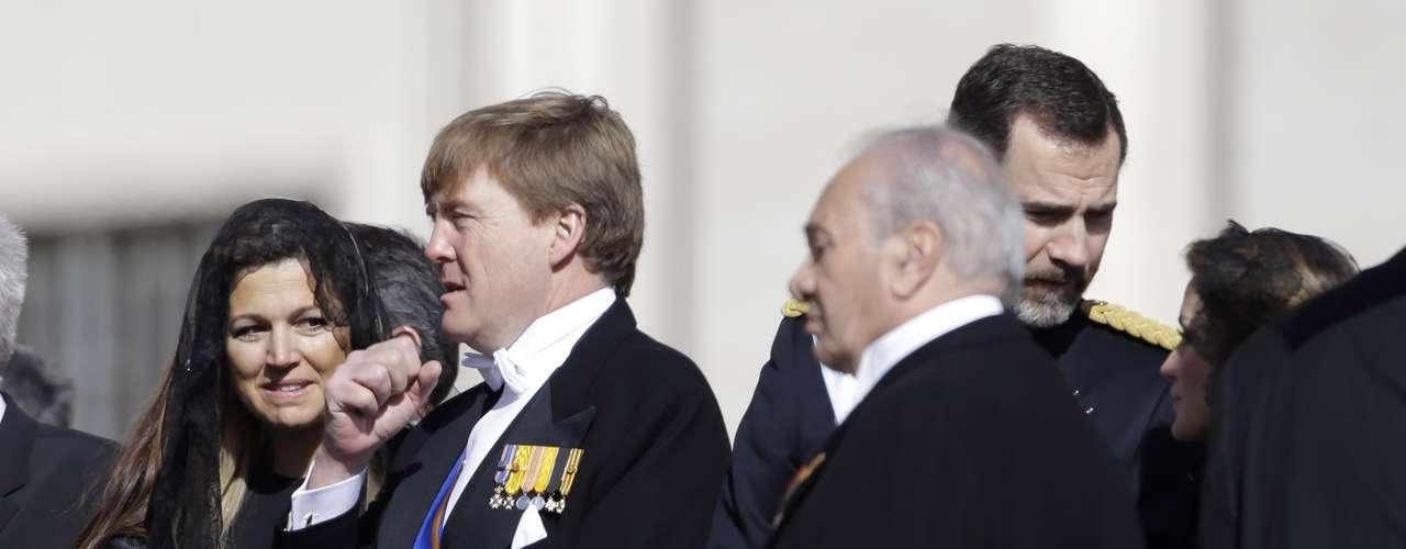 Guillermo y Máxima de Holanda asisten a la misa inaugural cuando queda un mes para la ascensión al trono del hijo de la Reina Beatriz de Holanda.