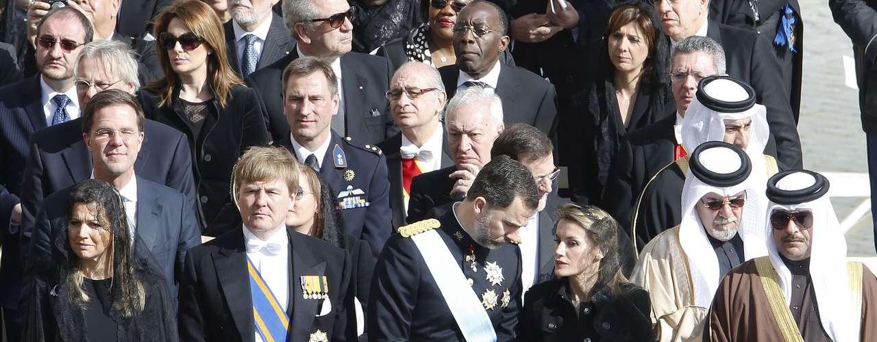 Doña Letizia conversa con su marido en un momento de la ceremonia.