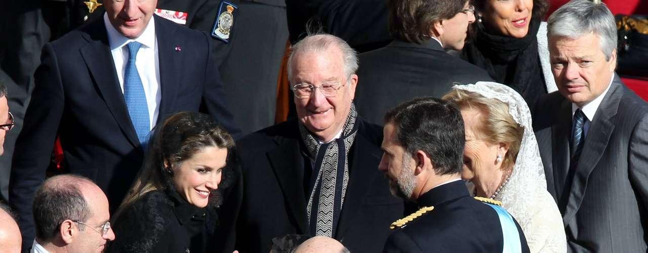 Los príncipes de Asturias charlan relajadamente con los reyes de los belgas, Alberto y Paola.
