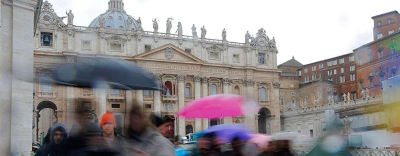 Francisco, que reside temporalmente en la Casa Santa Marta, dentro de los muros del Vaticano, a la espera de ocupar en unos días su apartamento pontificio en el Palacio Apostólico, se dará un baño de multitudes en su \