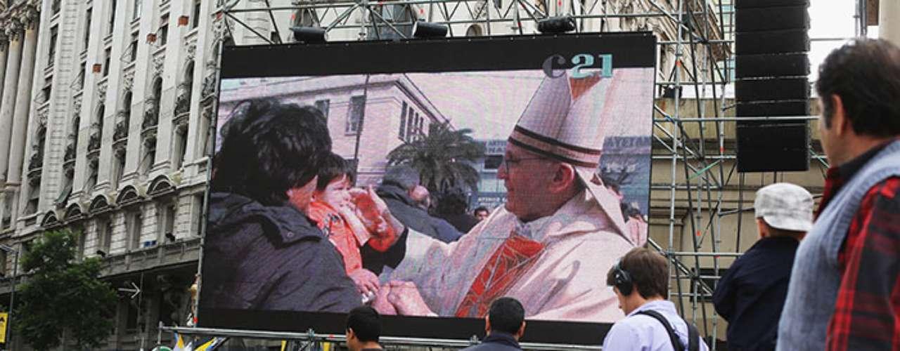En Argentina, el espíritu de alegría abunda.Jóvenes católicos de Argentina comenzaron la noche del lunes, en un clima de fiesta, una vigilia en la Catedral de Buenos Aires para ver en pantalla gigante en la histórica Plaza de Mayo la entronización del papa Francisco, nacido en esta ciudad.