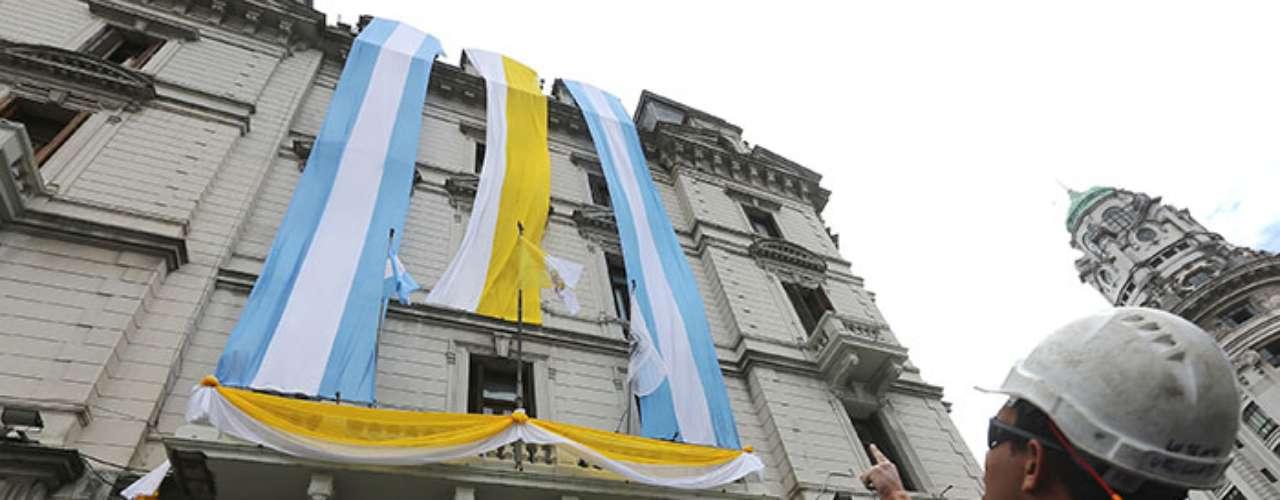 Decenas de móviles de televisoras locales e internacionales se apostaron alrededor del Paseo, en cuyos postes de iluminación se colocaron banderas amarillas y blancas del Vaticano, al igual que en la sede de la alcaldía porteña.