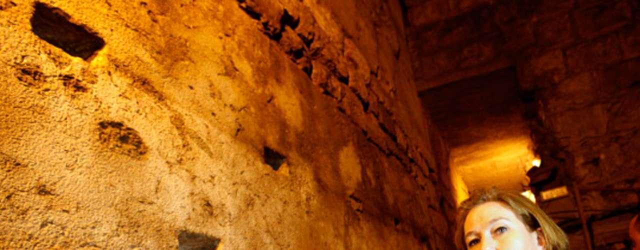 El Muro de las Lamentaciones es el lugar más sagrado para el judaísmo y es uno de los pocos e impresionantes vestigios de la fortificación que circundaba el Segundo Templo de Jerusalén levantado por el rey Herodes hace más de dos milenios (516 a.C-70 d.C).