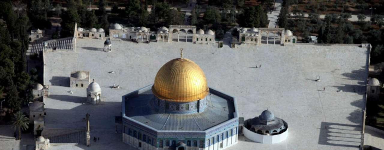 Vista aérea de la ciudad antigua de Jerusalén en la que aparece la Mezquita de Al Aksa con su cúpula dorada, el monte de los olivos (arriba a la izda) y el área de Silwan