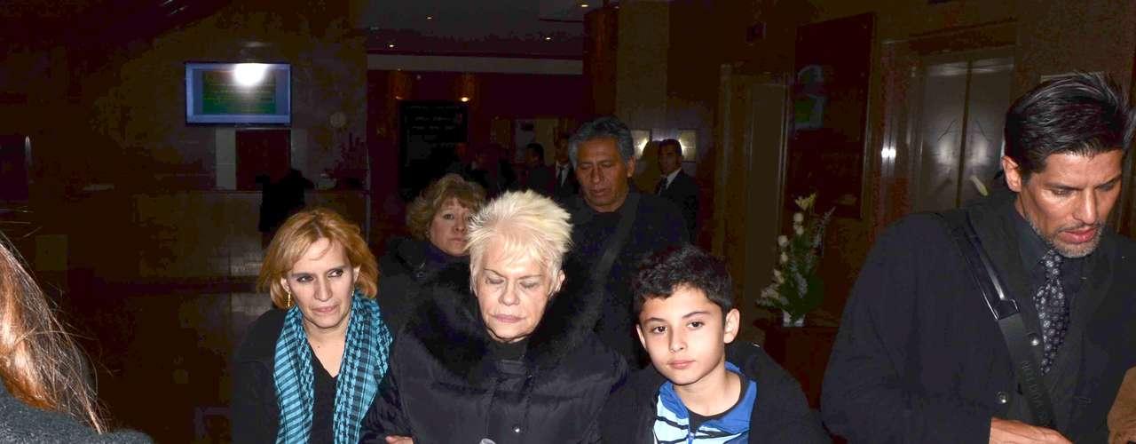 Doña Dulce Canseco, mamá de la cantante Yuri, con sus nietos en el velorio de su hijo Carlos Valenzuela