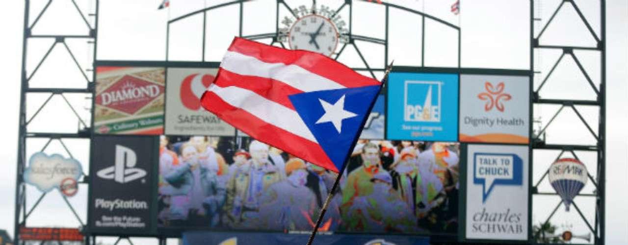 El ambiente en el juego fue muy bueno, con los puertorriqueños ondeando su bandera en el diamante del parque.
