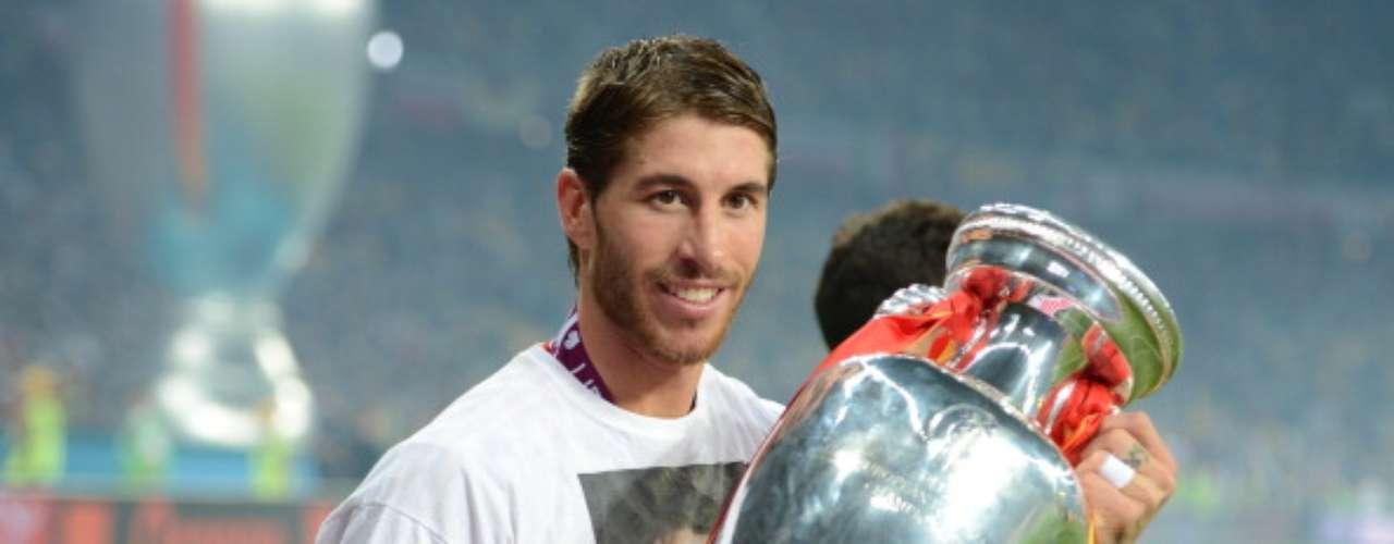 Sergio Ramos sujeta la copa de campeón de Europa 2012, con la camiseta del fallecido Antonio Puerta