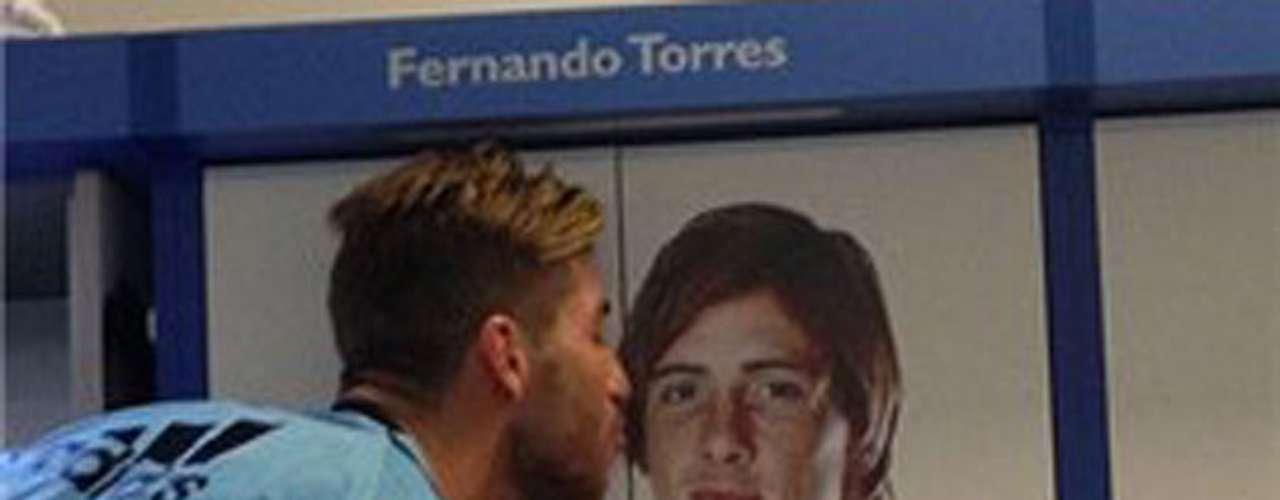 Ramos en las visperade su partido 100 felicita a Torres, no convocadopor Del Bosque,con un beso