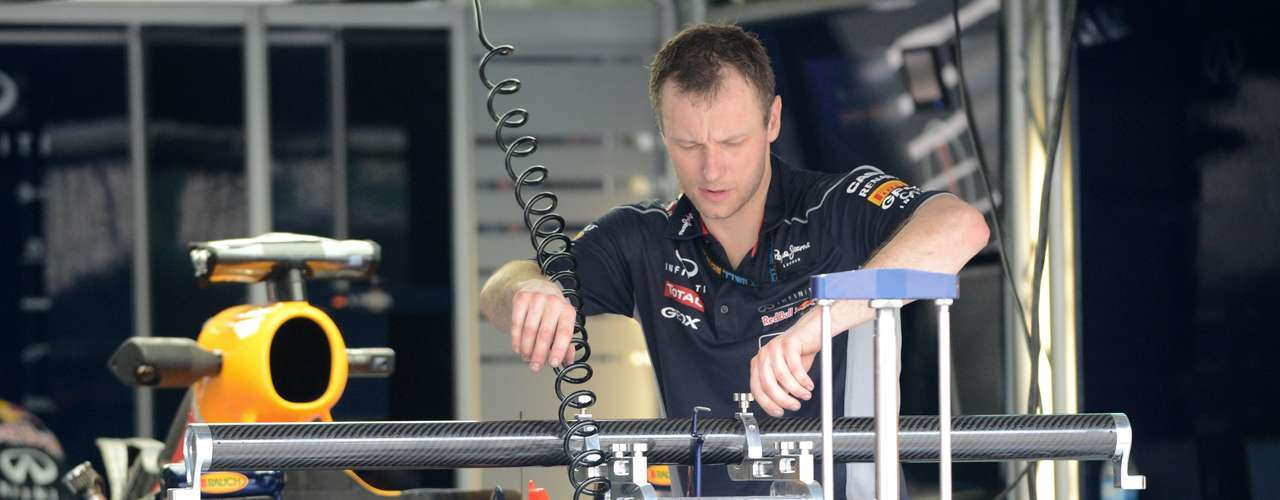El monoplaza del tricampeón Sebastian Vettel está listo para salir al circuito de Sepang en las primeras prácticas.