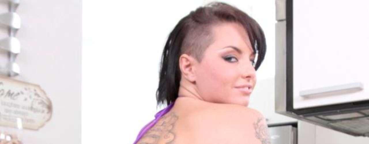 El sitio web para adultos Brazzers eligió a la morocha sexy Christy Mack como la estrella porno de marzo. Brazzers es una de las famosas productoras porno en Estados Unidos y, según Alexa, uno de los sitios XXX más populares e influyentes del mundo. Brazzers obtuvo varios premios anuales otorgados por la revista AVN (Adult Video News) a las películas pornográficas y los XBIZ Award, premios anuales otorgados por la revista XBIZ. Brazzers se considera el mejor sitio de videos porno de internet y su slogan es the worlds best porn site. Chisty Mack es una de las estrellas porno más bellas de la industria de los videos XXX. Nacida en Indiana (U.S.A), esta chica pertenece a la nueva generación de jóvenes actrices X. La facilidad para las escenas de sexo de la morocha ha convertido a Christy Mack en una de las chicas más solicitadas. Se hizo famosa desde joven, por su look de adolescente problemática y su cuerpo cubierto de tatuajes que deja ver cada vez que se desnuda en videos y fotos.