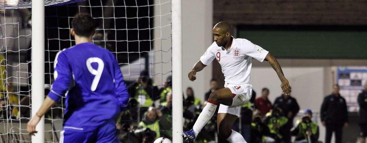En San Marino, en el Estadio Olímpico de Serravalle, Inglaterra consiguió el marcador más abultado de la jornada con una goleada 8-0, un marcador que no conseguía desde 1984. El portero humillado de la fecha, Aldo Simoncini, y una de las estrellas de los ingleses, Jermaine Defoe, quien anotó un doblete.