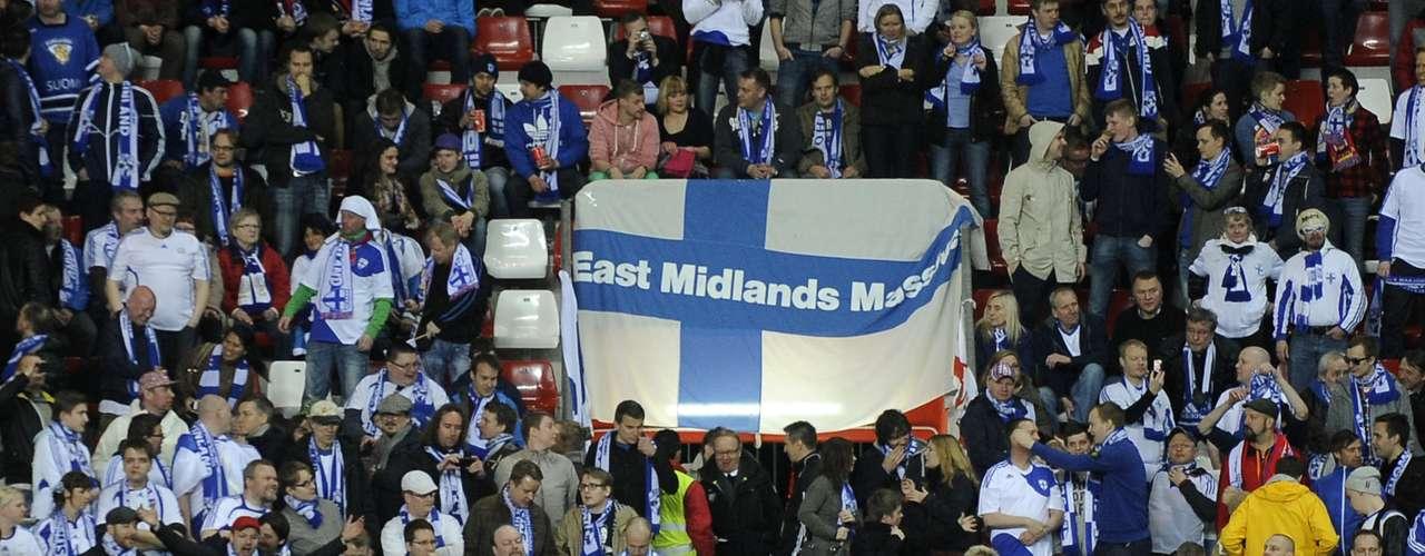 Pero los fanáticos de España no fueron los únicos en El Molinón, pues cientos de seguidores finlandeses acompañaron a su selección en un empate con sabor a victoria.