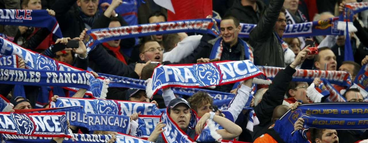 Y es que los franceses contaron con el apoyo de 75.000 fanáticos en el estadio parisino, quienes le pusieron todo el color a una victoria que deja a los galos con la moral en alto para el juego ante España del martes.