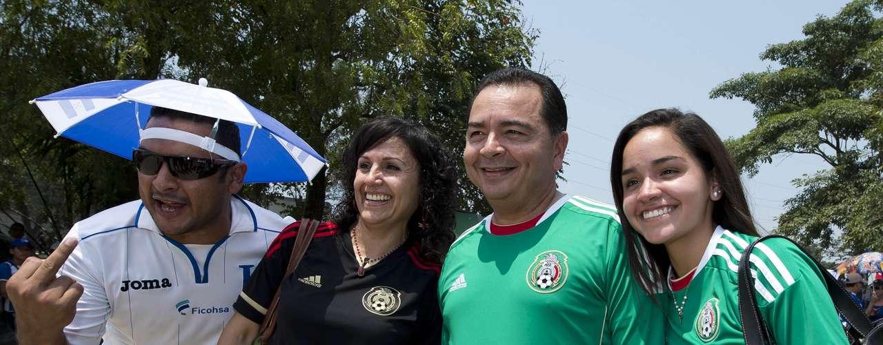 Pero el color empezó desde antes del partido, en un juego en el que los aficionados de México y Honduras compartieron en medio de la expectativa por el juego.
