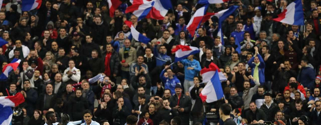 En el Stade de France, en París, Francia también celebró y derrotó 3-1 a una débil Georgia. Los goles de la selección gala fueron motivo de celebración de los jugadores, sino también de los aficionados, quienes acompañaron los festejos de su equipo.