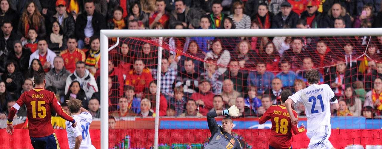 En el estadio El Molinón, en Gijón, Finlandia sorprendió a España y le empató 1-1 con un gol de Teemu Pukki al minuto 79, después de que Sergio Ramos abriera el marcador al 49. Esta imagen lo dice todo, el portero español Víctor Valdés vencido y los campeones del mundo humillados en casa.