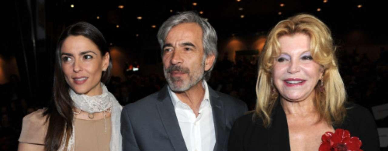 El intérprete llegó acompañado por su pareja, la diseñadora Irene Meritxell, con quien posó junto a la baronesa.