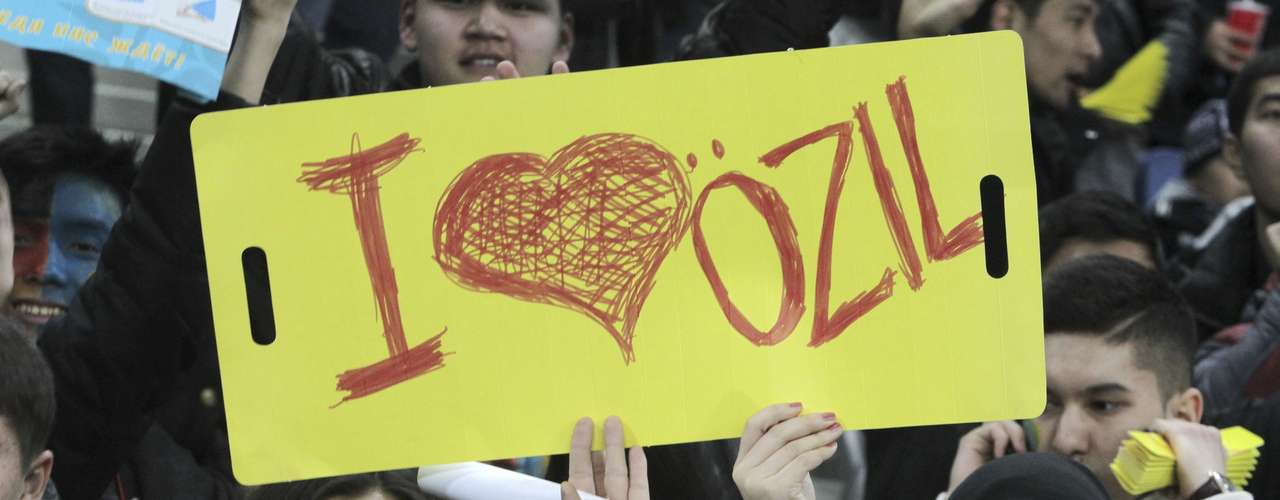 Kazajistán, el único jugador con sus propios seguidores era el mediocampista alemán Mesut Özil. Sus fanáticas no dudaron en darle todo su amor.