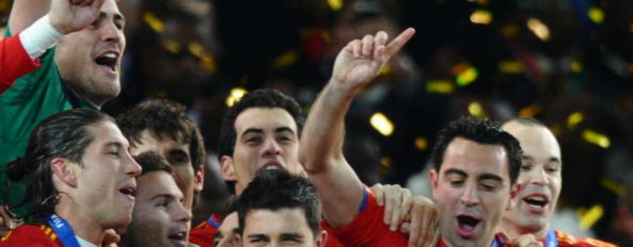 Besando la Copa del Mundo junto a sus compañeros.