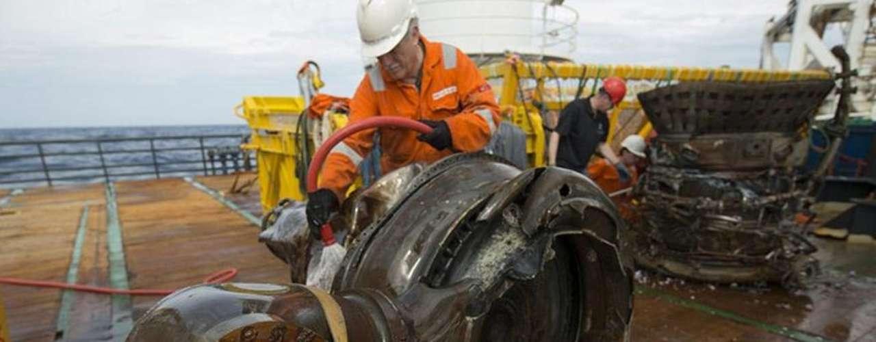 Un ingeniero analiza parte de los restos hallados.