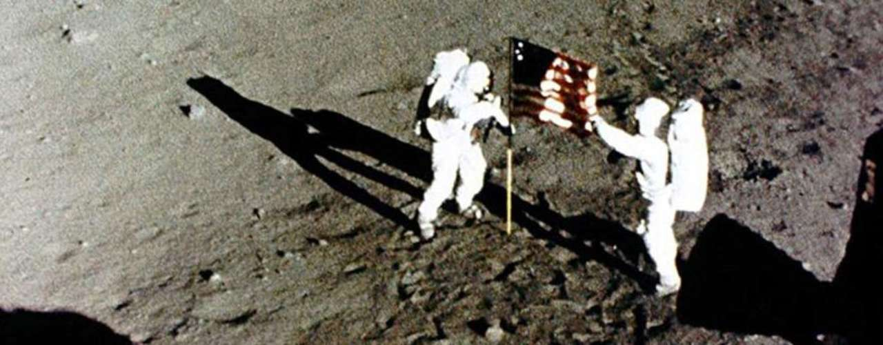 Armstrong y Aldrin en la base de la Tranquilidad.