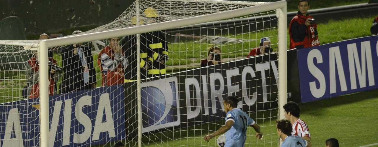 Por otra parte, Uruguay empató 1-1 con Paraguay en el Estadio Centenario, ahondando la crisis que se refleja en que sólo ha conseguido dos de los últimos 15 puntos que ha disputado. Una de las figuras fue el portero paraguayo Digo Barreto, quien evitó una derrota de los guaraníes.
