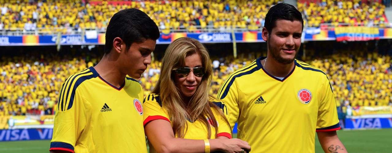 El momento emotivo del encuentro fue el homenaje que recibió el fallecido Miguel Calero por parte de los jugadores y el cuerpo técnico de la Selección Colombia, quienes le entregaron un buzo de portero con el número uno, firmado por todos, a su viuda y a sus hijos.