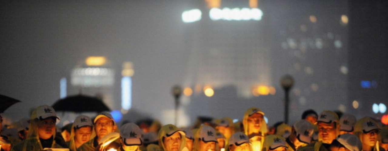 En China la jornada se suscitó en grandes calles y avenidas de la capital. Centenares de ambientalistas se reunieron y encendieron velas ante la ausencia de energía eléctrica. El apagón por la Tierra se extendió por una hora en la mayoría de los edificios de la ciudad.