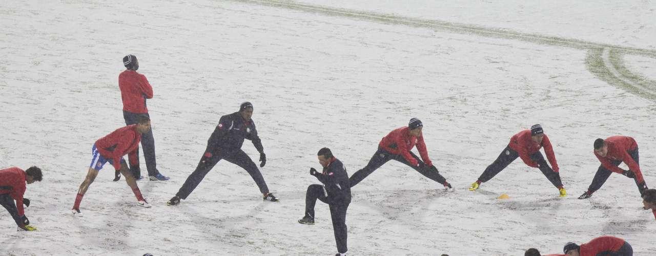 Las primeras víctimas de la nevada fueron los jugadores de la selección de Costa Rica, quienes salieron a 'calentar' cuando la cancha ya estaba cubierta de nieve.