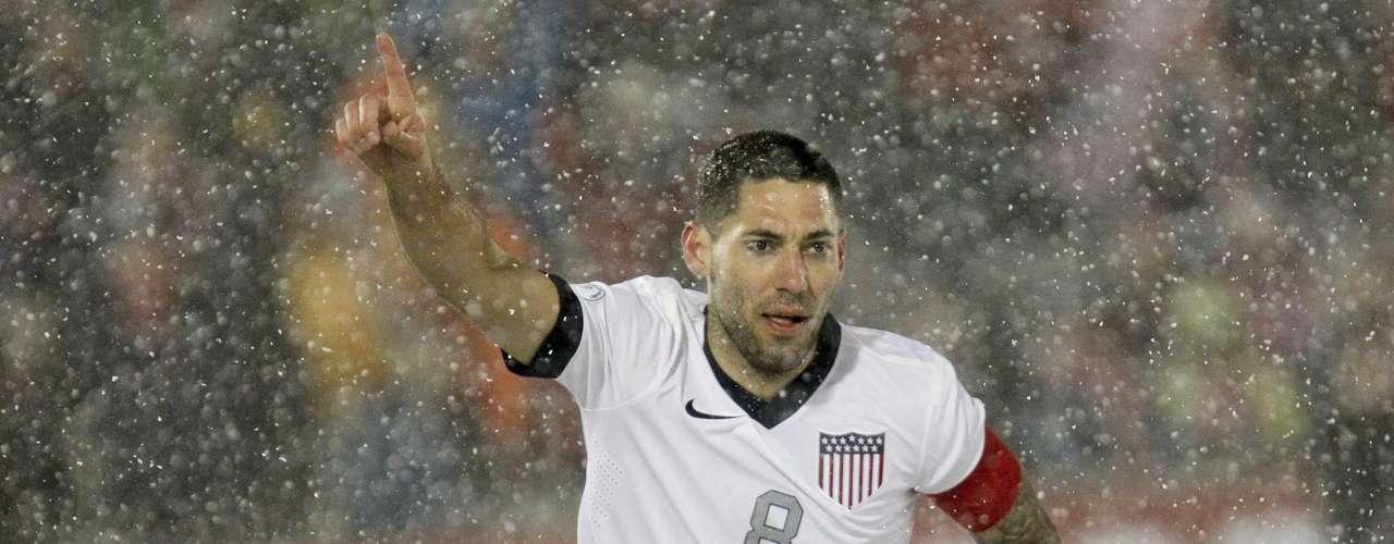 Y cabe destacar la valentía de Clint Dempsey, que no sólo salió a jugar con camiseta de manga corta, como toda la selección de Estados Unidos (mientras Costa Rica jugó con manga larga), sino que así aprovechó la única oportunidad que tuvo para marcar el gol que puso a ganar a los estadounidenses.