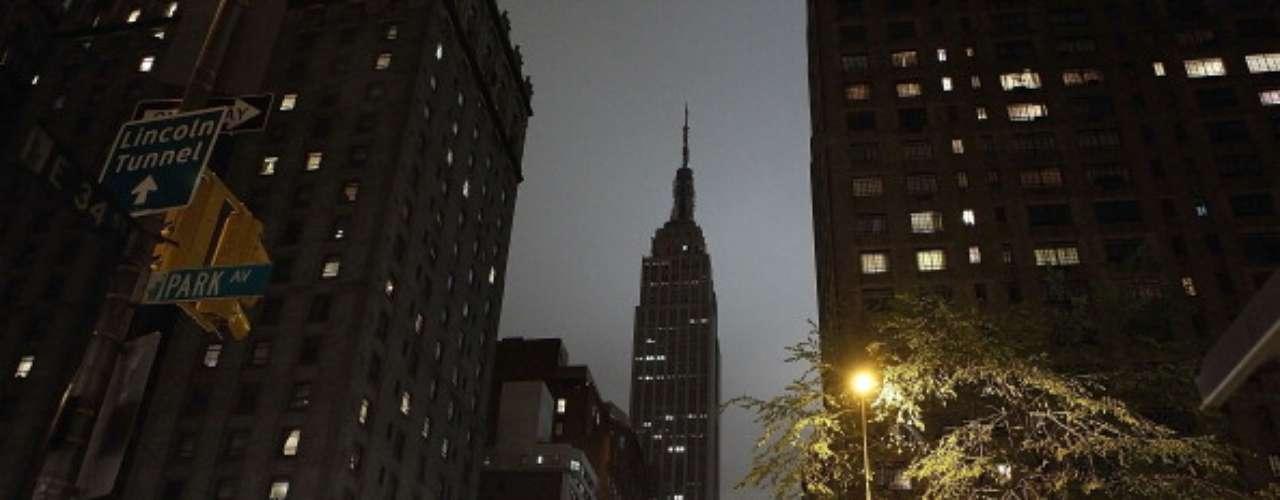 Colosales edificaciones como el Empire State Building, en Nueva York, apagaronsus luces a las 20.30 (hora local). El otro gran monumento de la Gran Manzana, la Estatua de la Libertad, no pudohacerlo ya que permanece cerrada desde el huracán \